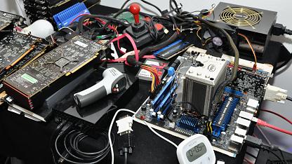 Voller PC-Hardware - der Labortisch von Golem.de