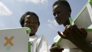 Kinder mit einem OLPC-Laptop in Soweto, Südafrika