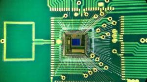 Chip im Ohr: Strom für Nervensignale