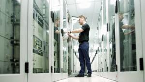 Ein Servicetechniker im 1&1-Rechenzentrum
