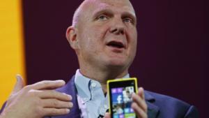 Microsoft-Chef Steve Ballmer zeigt das 8X von HTC.