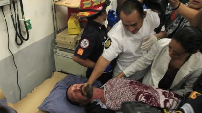Sanitäter eines Krankenhauses in Guatemala-Stadt am 6. Dezember 2012 bei John McAfee