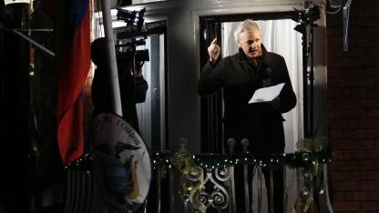 Julian Assange bei seiner Weihnachtsrede vom Balkon der ecuadorianschen Botschaft
