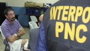 John McAfee und ein Interpol-Agent in einer Zelle Guatemala-Stadt