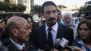 Telesforo Guerra (l.) und John McAfee (Mitte) am 4. Dezember 2012 in Guatemala