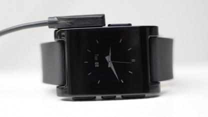 Pebble Smartwatch - kommt mit praktischem Magnetladekabel.