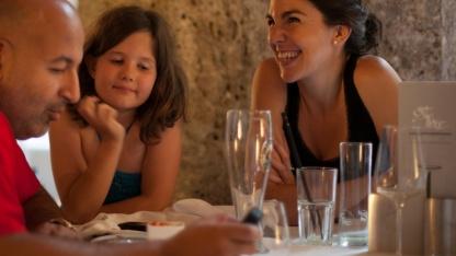 Vor der freiwilligen Benutzung von Smartphones in Restaurants schützt keine Technik.