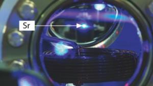 Blick in die Ultrahochvakuumkammer, in der Strontiumatome gekühlt und gespeichert werden
