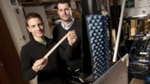 John Hunt (l.) und Tom Driscoll mit dem Metamaterialstreifen
