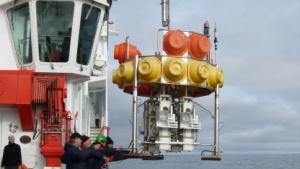 Tiefsee-Lander wird ins Wasser gelassen: bisher nur Unterwasserfahrzeuge mit Kabel.