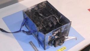 Der ausgebrannte Akku einer 787 von JAL
