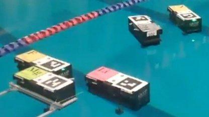 Schwimmende Containerroboter: nächtliche Tests im Schwimmbad