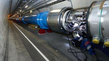 Arbeiten an den supraleitenden Magneten beim Bau des LHC 2007: mehr als 10.000 Verbindungen überarbeiten