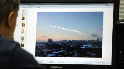Schweif des Meteoriten über Tscheljabinsk: mehrere Dutzend Kilotonnen TNT-Äquivalent