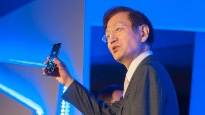 Jonney Shih zeigt das neue Padfone Infinity.