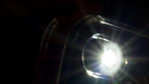 Licht kann in einem Kunststoffgehäuse zu unerwünschten Reflexionen führen.
