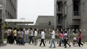 Foxconn-Arbeiter kehren nach der Mittagspause zur Arbeit zurück.