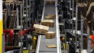 Ein Lager von Amazon mit Paketfließband