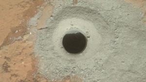 Curiosity löchert John Klein: innere Oberfläche der Bohreinheit reinigen.