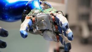 Roboterhand (Symbolbild): erste Prothese mit sensorischem Feedback in Echtzeit