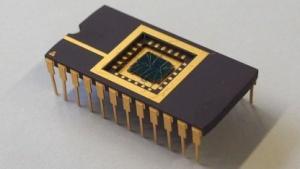 Chip mit dem Bielefelder Memristor: Widerstand ändert sich kontinuierlich.