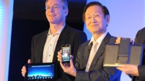 Asus-Chef Jonney Shih präsentiert das neue Padfone Infinity.