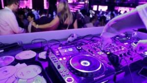 Typischer DJ-Arbeitsplatz mit Promo-CDs und gebrannten Alben