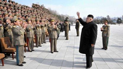 Nordkoreas Machthaber Kim Jong-un (r.) mit Militärs