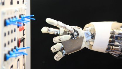 Aila in der Mini-ISS: Mensch leitet Roboter an.