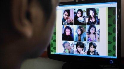 Mann sieht sich Bilder eines japanischen Pornostars an.