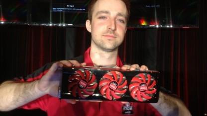Devon Nekechuk von AMD zeigt das künftige Spitzenmodell Radeon HD 7990.