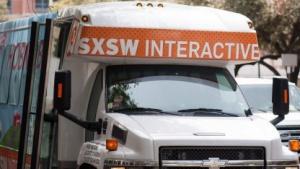 Die SXSW ist so sehr in der Stadt verteilt, dass Shuttlebusse eingesetzt werden müssen.