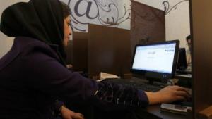 Iranerin in einem Internetcafé in Teheran (2011): Illegale VPN-Ports gesperrt