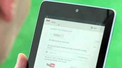 Nutzer mit Android-Tablet (Symbolbild): scrollt automatisch am Bildschirmende
