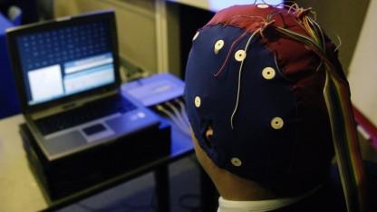 Nutzer mit Datenkappe (Symbolbild): Elekroden  Kopfbedeckung, die den ganzen Tag getragen wird