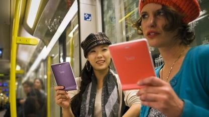 Nutzerinnen mit E-Book-Reader (Symbolbild): hoher Preis, proprietäre Vertriebsmodelle