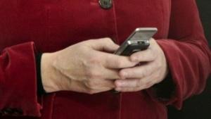 Kanzlerin Angela Merkel verschickt SMS.