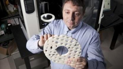 Yaroslav Urzhumov mit Tarnkappe: Frisbee aus Schweizer Käse