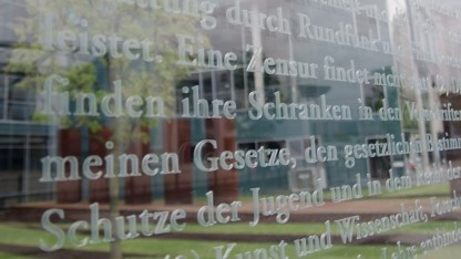 Grundgesetz (auf einer Glasplatte am Jakob-Kaiser-Haus in Berlin): Wer hat die Verfassung wann und wie geändert?