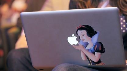 Ein Schneewittchen-Aufkleber auf einem Macbook