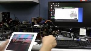 Das Signal des iPads kommt durch das Mainboard zum Display.