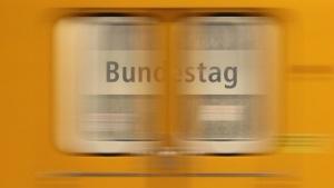 U-Bahn fährt in die Station Bundestag ein.