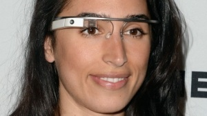 "Yasmin Dolatabadi vom Think Tank ""Google Ideas"" mit Google Glass"