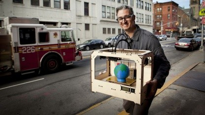 Bre Pettis mit 3D-Drucker Replicator (2012): neue Fabrik in Brooklyn