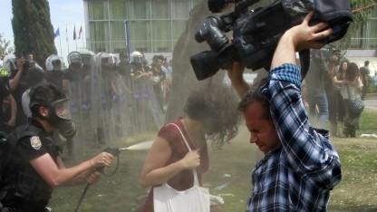 Tränengaseinsatz gegen Demonstrantin