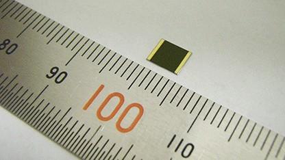 Sharps Mehrfachsolarzelle ist nur 4 x 4 mm groß.