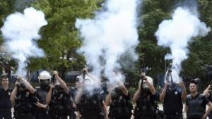 Polizei in der Türkei schießt mit Tränengas.