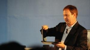 Intel-Vize Kirk Skaugen beim Konvertieren eines Notebooks