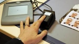 Fingerabdruck wird für den Reisepass genommen.