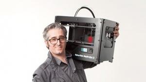 Bre Pettis mit 3D-Drucker Replicator: logischer Schritt